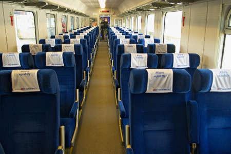 treno espresso: Varsavia, Polonia - 1 maggio 2014: Interno della macchina scompartimento singolo seconda classe della PKP Intercity treno espresso. Editoriali