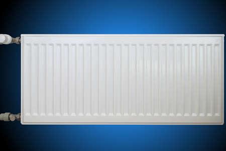 dissipatore di calore convettivo bianco su sfondo blu.