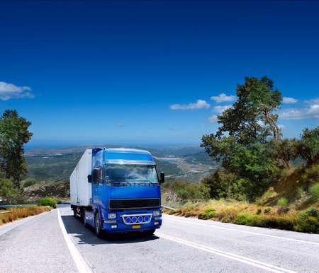 산악 도로에 부하를 운반하는 트럭