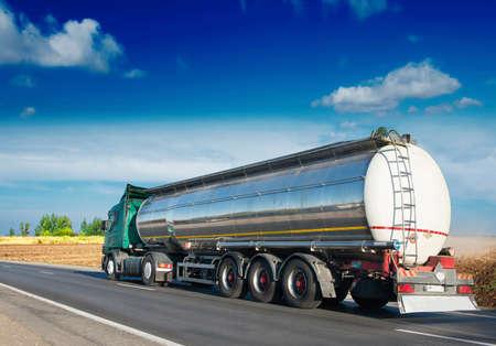 grandes de gas combustible camión cisterna en la carretera  Foto de archivo