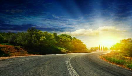 De weg in de bergen naar de zee