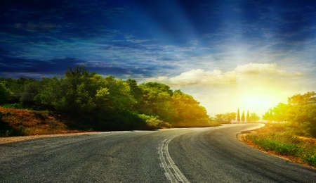 route: La route dans les montagnes à la mer Banque d'images
