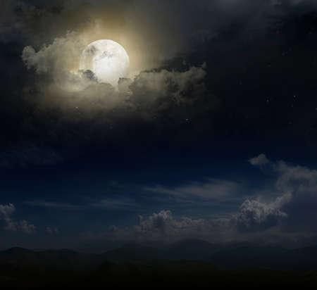 noche luna: Luna sobre los picos de monta�a Foto de archivo