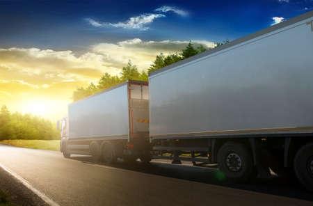 Vrachtwagen trailer op de snelweg in een commerciële reis. Stockfoto