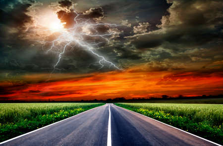 champ vert et de la route sur le ciel bleu