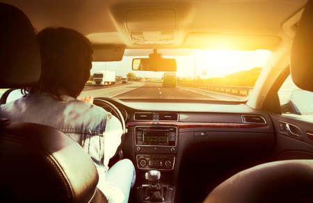 Rijbewijs handen op een stuurwiel van een retro auto tijdens het rijden op een lege asfaltweg
