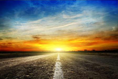 A lo largo de la carretera. Puesta de sol y relámpago Foto de archivo - 53770355
