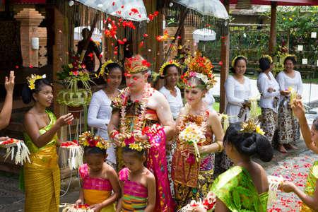 結婚式: BALI, INDONESIA - NOV 24: Traditional wedding ceremony on November 24, 2010 in Bali, Indonesia. The ceremony takes place in old royal palace and all villagers participate in the ceremony 報道画像