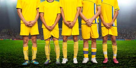 Los jugadores formaron un muro para proteger la puerta desde el punto de penalti Foto de archivo - 56104118