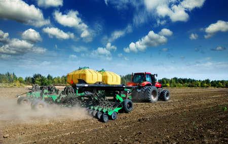 arando: tractor en un campo arado Foto de archivo
