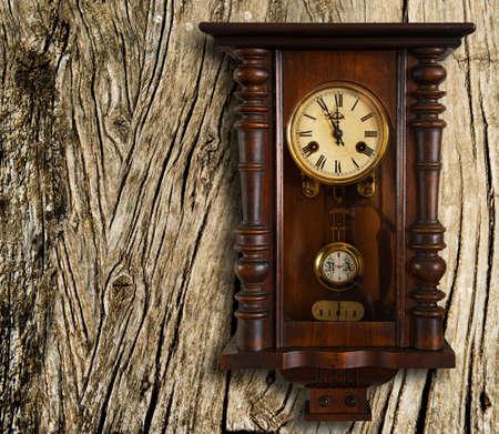 muebles de madera: reloj de la pared de la vendimia. el final del siglo 19o. Foto de archivo
