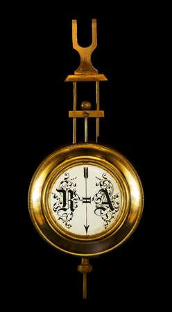 reloj de pendulo: el reloj de pared del péndulo. El final del siglo 19o. Aislado en un fondo negro