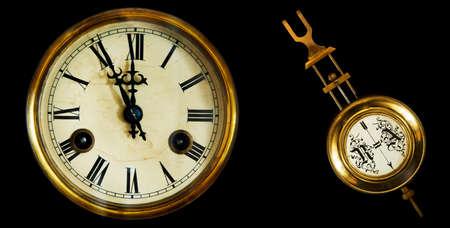 reloj de pendulo: colecci�n de relojes antiguos y p�ndulo. El final del siglo 19o. Aislado en un fondo negro Foto de archivo