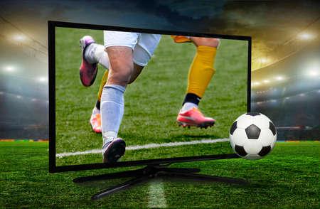 kijken naar slimme tv vertaling van de voetbalwedstrijd. Stockfoto