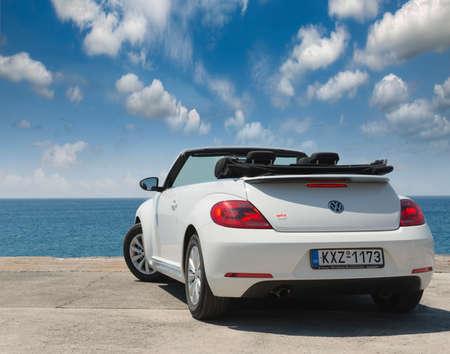 portada: GRECIA. ISLA RODOS- 16 de junio de 2013. El coche es un convertible de Volkswagen en el paseo marítimo de la ciudad de Rodas prueba de manejo. Grecia, Rodas Editorial