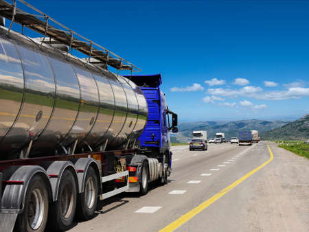 Tanker with chrome tanker on the highway. Working visit Stockfoto
