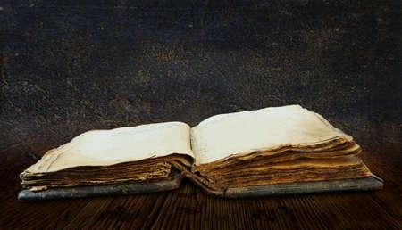 alte Buch isoliert auf wei?