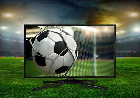 Viendo traducción smart tv de partido de fútbol. Foto de archivo - 59338188
