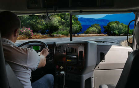El conductor del camión en la carretera entre los campos de la carretera. viaje de negocios Foto de archivo - 62742191
