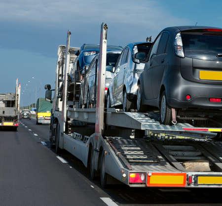 트레일러는 고속도로에서 자동차를 운송합니다.
