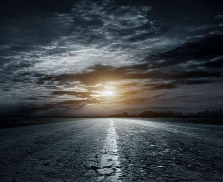 País por carretera por la noche con la luna grande Foto de archivo - 69322847