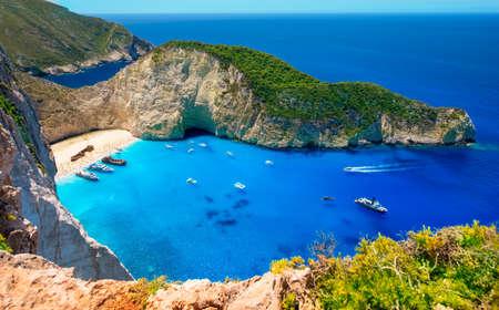 Tarjeta de visita de la isla de Zakynthos. Bahía Navagio. Uno de los lugares más hermosos del mundo. Vista desde una altura de más de 500 metros. El mar Jónico con las más bellas Foto de archivo - 81516453