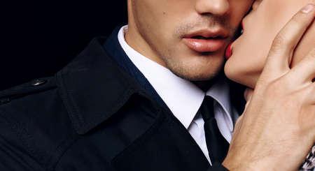 femme brune sexy: mode photo de la belle couple passionné sensuelle studio. amour de bureau histoire