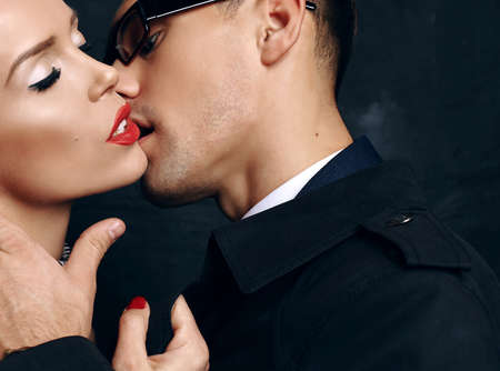 pareja apasionada: moda foto de estudio de la hermosa pareja apasionada sensual. historia de amor de oficina