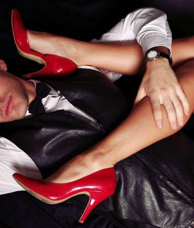 piernas hombre: moda foto de estudio de la hermosa pareja apasionada sensual. historia de amor de oficina