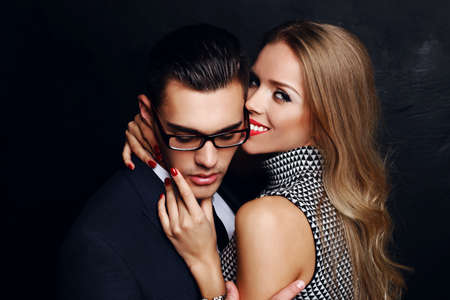 casal: moda foto do estúdio de bonito casal apaixonado sensual. história de amor escritório