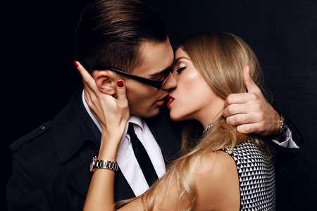 Mode studio foto van mooie sensuele gepassioneerde paar. office liefdesverhaal Stockfoto - 46529729