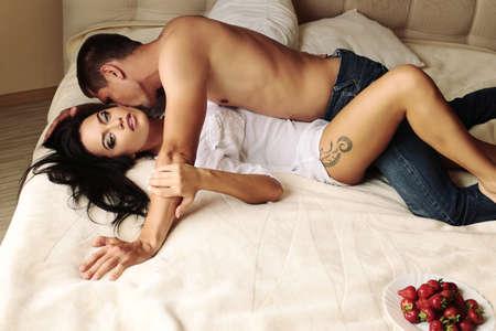 amantes en la cama: Foto de moda de la hermosa pareja sexy relajante y besos en el dormitorio