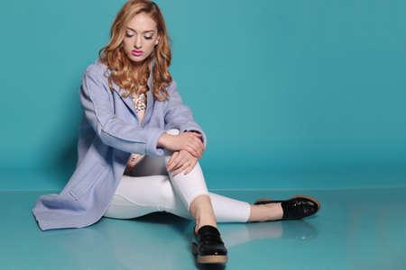 mujer elegante: estudio de moda foto de mujer hermosa con el pelo rizado rubio lleva ropa casual elegante