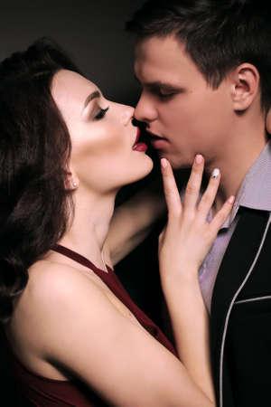 pareja apasionada: Día de San Valentín. foto de estudio de moda de la hermosa pareja apasionada en traje elegante