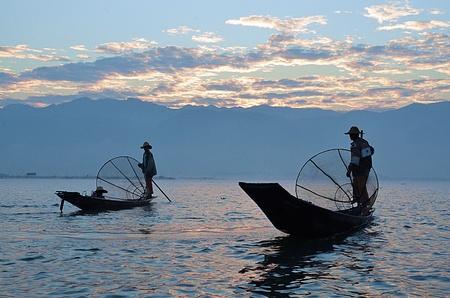 inle: Silhouette two fisherman on sunrise at Inle Lake, Myanmar