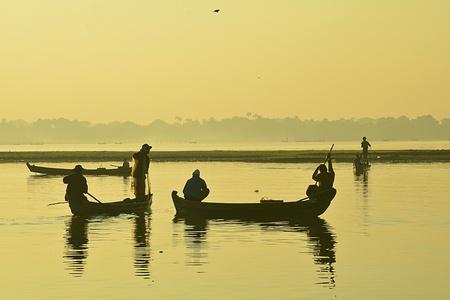 The landscape of Saigon: Silhouette của ngư dân với bầu trời bình minh trong nền