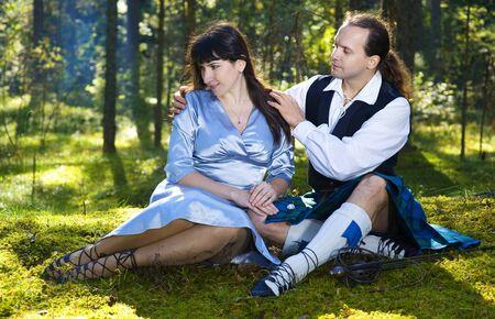 highlander: Mujer y un hombre en traje de escocés al aire libre Foto de archivo