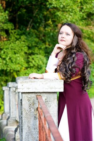 abito medievale: Riflessivo giovane donna in abito medievale Archivio Fotografico