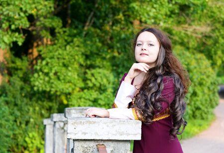 middeleeuwse jurk: Doordachte jonge vrouw in middeleeuwse kleding