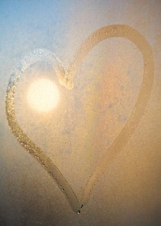 Hart van dauw druppels op het raam oppervlak in de avond
