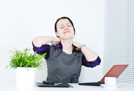 epaule douleur: Femme d'affaires avec la douleur dans le cou