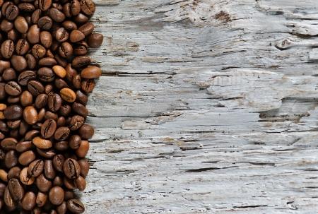Koffiebonen op het oude grunge hout achtergrond Stockfoto