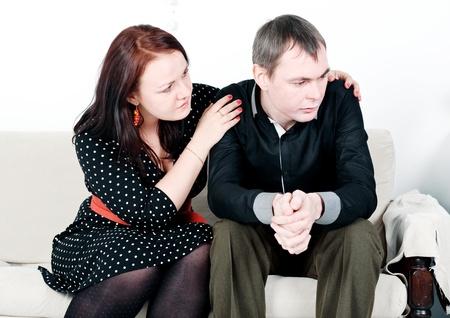 Donna confortante il suo uomo sul divano