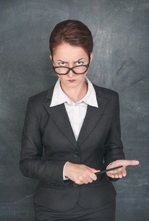 rigorous: Strict insegnante con puntatore guardando qualcuno
