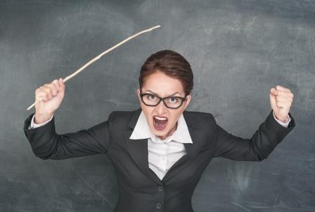 Boos schreeuwen leraar met houten stok