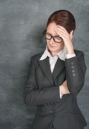 Leraar met hoofdpijn op het schoolbord achtergrond