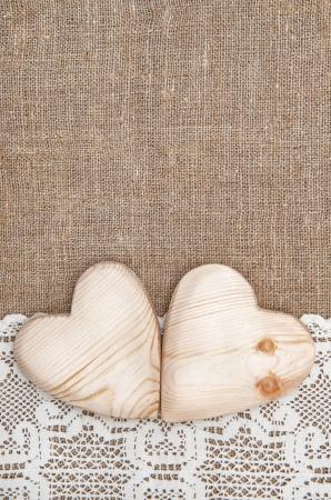 黄麻布の背景に白いレース布、木製の心