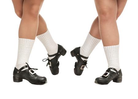 pies bailando: Piernas en zapatos duros para el baile irland�s aislado Foto de archivo
