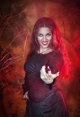se�al de silencio: Mujer hermosa con el pelo largo en el estilo de halloween dedo se�as