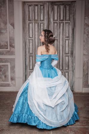 abito medievale: Giovane e bella donna in abito lungo blu medievale Archivio Fotografico
